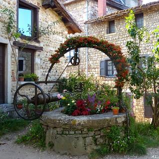Ancien puits fleuri