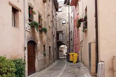 Via del Fiume (Birnardo) Tags: panorama italia via vicolo borgo marche torri macerata visso