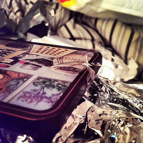 عزيزي الحيوان الي بطل گوطي الككاو.. العن ابوك مع خالص تحياتي و تقديري انك بعد ما بطلت العلبة، قدّرتني و خليت اللزاق مع القوطي يمكن استخدمه بعدين! بالضبط نفس الي يحط لك علج على الكرسي و يزفونك لما ترد البيت انه شلون راح يغسلونه.. يا الكلب