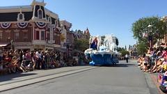 Anna and Elsa Frozen pre-parade (Tom Simpson) Tags: anna frozen disneyland disney parade float elsa 2014 paradefloat