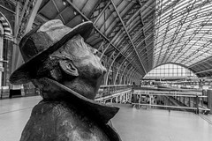 Sir John Betjeman - St Pancras Station (Davoud D.) Tags: sculpture statue publicart stpancras saintpancras stpancrasstation barlowshed sirjohnbetjeman martinjennings barlowengineshed