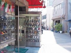 靴屋さんのガラスケース (Neconote) Tags: leica japan tokyo f14 olympus asakusa summilux omd 25mm shoeshop em5