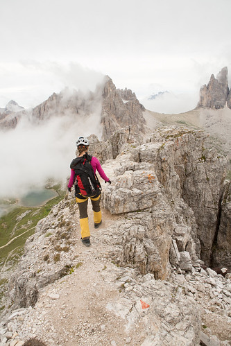 Torre Toblino - Poistuminen huipulta   alkoi kapeaa harjannetta pitkin