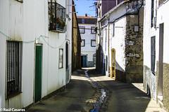 Calle de Piornal (Raúl Casares) Tags: street españa color iso100 calle day country pueblo dia f80 fondo 1250 calidad extremadura bellotas piornal jarramplas
