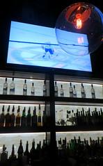 J'ai une idée... (Robert Saucier) Tags: montréal mozza tv télévision hockey bar bouteilles bottles bleu blue lampe lamp lumière img7552