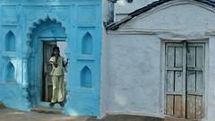 Curiosità giovanile..... (Delvecchio Dario) Tags: blue india girl blu porta teenager bagh ragazza pradesh portone orcha madhyapradesh orchha madhya phool