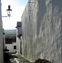 O dia findando (Amrico Meira) Tags: portugal contraluz rua monsaraz alentejo canddeiro