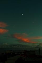 Nuvens da Terra-Chã (1) (JoFigueira) Tags: sea moon clouds mar dusk nuvens lua casas madeira anoitecer entardecer ilhadamadeira madeiraisland câmaradelobos