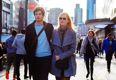 (graveur8x) Tags: couple candid street portrait people crowd frankfurt germany deutschland smile sunglasses paar zeil skyline man woman together canon canoneos6d 6d light sun afternoon bright blond canonef2870mmf28lusm