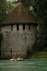 Blutturm und Schlauchboot Sevylor Supercaravelle XR86GTX ( Super - Caravelle - Gummiboot ) unterwegs auf der Aare ( Fluss - River ) zwischen Bern S.chwellenmtteli und dem S.tauwehr E.ngehalde bei der F.elsenau im Kanton Bern in der Schweiz (chrchr_75) Tags: city tower history river boot schweiz switzerland boat torre suisse swiss august super stadt bern christoph svizzera fluss turm ville aare jolla canot dinghy bote stadtmauer schlauchboot geschichte caravelle 2014 mittelalter suissa jolle gummiboot sloep chrigu 1410 wehrturm schlauchboote 1408 sevylor  kantonbern chrchr hurni chrchr75 supercaravelle chriguhurni stadtbern blutturm albumstadtbern albumaare chriguhurnibluemailch gummiboote august2014 xr86gtx albumschlauchbootegummibooteunterwegsinderschweiz hurni140810