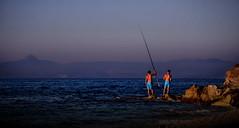 [ Esercitando pazienza - Training the patiente ] DSC_0449.2.jinkoll (jinkoll) Tags: blue light sunset sea sun fish boys fishing couple rocks waves