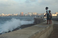 La Habana, 2006 (Jacques Lebleu) Tags: ocean city urban mer water agua eau waves cityscape cuba chicas vagues towns olas ville villes cubans malecn urbain caribe lahabana cabanas habaneras lahavane jacqueslebleucom