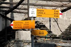 Wegweiser Costa ( TI - 880 m - Standorttafel Tessiner Wanderwege ) im Dorf - Weiler Costa bei Borgnone im Centovalli im Kanton Tessin der Schweiz (chrchr_75) Tags: hurni christoph schweiz suisse switzerland svizzera suissa swiss kantontessin kanton tessin südschweiz chrchr chrchr75 chrigu chriguhurni chriguhurnibluemailch albumzzz201703märz märz 2017 wegweiser standorttafel