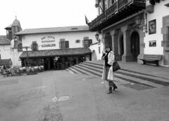 Bonjour! (no sabemos cómo llamarnos) Tags: streetphotography photoderue fotourbana fotocallejera woman mujer femme plaza place square telefono phone blancoynegro blackandwhite noiretblanc monochrome monocromático