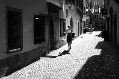 summer girl (gato-gato-gato) Tags: street leica bw white black blanco monochrome juni person schweiz switzerland abend flickr noir suisse sommer strasse zurich negro streetphotography pedestrian rangefinder human streetphoto monochrom zürich svizzera sonne weiss zuerich blanc manualfocus schwarz onthestreets passant mensch sviss feierabend zwitserland isviçre zurigo dienstag streetphotographer fussgänger manualmode zueri strase streetpic messsucher manuellerfokus gatogatogato fusgänger leicasummiluxm35mmf14 gatogatogatoch wwwgatogatogatoch streettogs mmonochrom leicammonochrom