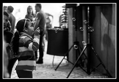 A garota e as bolhas (Carlos Olimpio a.k.a Malino) Tags: bw children 50mm md child play minolta bubbles pb criana brincadeira bolhas f17 rokkor