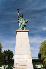 Statue de la Libert ... (liryc30) Tags: blue sky paris france monument statue bronze liberty nikon sigma bleu ciel libert cpl hoya nikond3200 polarizing 18200mm polarisant d3200 rplique pro1d