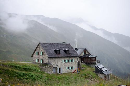 Die Friedrichshafener Hütte bei Regen