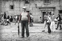 El hombre del paraguas (bbardo79) Tags: santiago blancoynegro retratos galicia robados