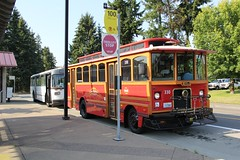 1990 Orion 1.508 #427 & 2000 Chance AH-28 #330 (busdude) Tags: 2000 trolley 330 transit milwaukee orion pierce chance pt 1508 mcts piercetransit ah28 milwaukeecountytransitservice frolley milwaukeedowntowntrolley