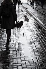 Amsterdam (149) (Joaquín L. Pérez) Tags: amsterdam lluvia reflejo paraguas charco tranvía