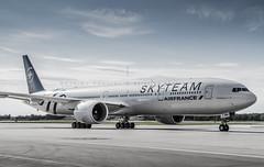 Air France B777-300 SkyTeam (360 Photography) Tags: tarmac plane airplane ramp montreal aviation boeing 777 dorval avion airfrance 2012 yul b777 skyteam 210612 mathieupouliot fgznn