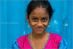 Cute.   Madurai (Claire Pismont) Tags: asia asie inde india travel travelphotography tamilnadu travelshot streetphotography pismont clairepismont colorful couleur color colour child girl blue bleu pose pink streetshot street cute