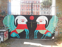 DSCN7221 (en-ri) Tags: roma muro animals wall writing graffiti wings ali rosso bianco animali portone