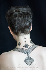 neck painted with khidab, the yemenite gall ink (olga_rashida) Tags: berlin art painting neck back kunst bodypainting mehendi bodyart rcken mehndi tatuaggio hals hennatattoo mehandi krperbemalung mehndidesign  lacca naksh peinturecorporelle khidab hennadesign  hennamalerei tatouageauhenn hennabemalung kunstamkrper httpwwwhennaundmehrde bemalungmitkhidab therubyawardsinvitation