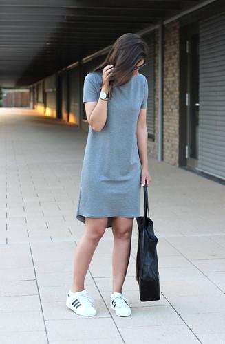 Outfit-t-shirt-dress-adidas-superstar