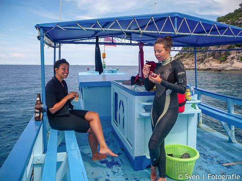 Fida and Sofie on the diveboat