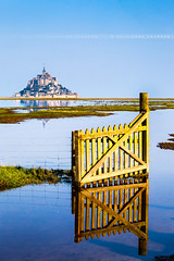 Les prs sals (Guillaume Chanson) Tags: sea mer france reflection canon reflet normandie polder montsaintmichel baie lamanche portail coursdeau prsal canoneos5dmarkii