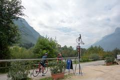 Radler auf dem Etschtal Radweg studieren Wegweiser (PauPePro) Tags: italien tirol radweg etsch radltour badtlzassisi