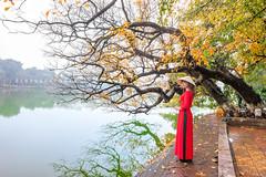 _U1H8501 Ao Dai,Hoan Kiem Lake,0317 (HUONGBEO PHOTO) Tags: sigma1224mmf4556 canoneos1dsmarkiii hànội hồgươm câylộcvừnghồgươmthaylá mùalộcvừngthaylá câylộcvừng nónlá áodài tree hoankiemlake yellowleavesfall lake outdoor