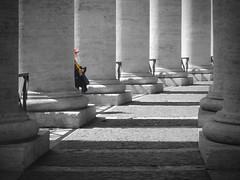 berretto rosso (Camillo diBì ()) Tags: colonnato bernini roma cittadelvaticano berrettorosso coloreselettivo marzo bn