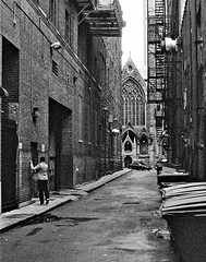 Pittsburgh Alley Evasion (cobbu2) Tags: yashica tlelectro 50mm f19 auto yashinon ds ilford delta 3200