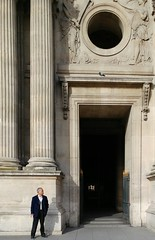 pres de Louvre (deadmanjones) Tags: smoker passagerichelieu pigeon louvre muséedulouvre thelouvre