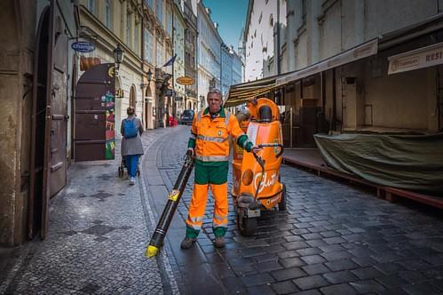 В Праге утром пылесосят улицы.