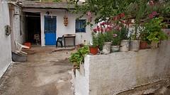 DSC01044 (dreptacz) Tags: kwiaty doniczka okno drzwi grecja kreta krzesło mur sony55 slt55 lustrzanka natura