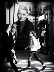 Peter Lindbergh - From Fashion to Reality (Sandy...J) Tags: streetphotography blackwhite monochrom city people photography munich walking peter linbergh encounter kate moss