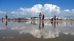 Un día en la playa / A day on the beach (josemanuelvaquera) Tags: playas beach reflejos reflections personas nubes clouds