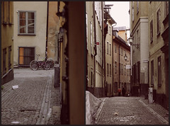 Gamla stan, Stockholm (Mad Orange) Tags: street old morning autumn shadow window bike stone architecture vintage photography town sweden stockholm stones bikes sverige bycicles ostudio