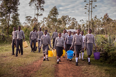 School kids walking to fetch water |  Kenya (ReinierVanOorsouw) Tags: kenya health wash kenia hygiene ngo sanitation kakamega kenyai kisumu beyondborders gezondheid qunia  simavi   beyondbordersmedia beyondbordersutrecht sanitatie ngoproject