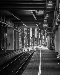 Gleis 13 (mahohn) Tags: bw monochrome station deutschland hamburg platform bahnhof 45 bahnsteig schaukel fujix10