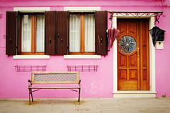 Venezia, colori ... rosa (Augusta Onida) Tags: burano venezia veneto venice casa house color colors colore rosa pink sedia chair ombrello umbrella porta door finestra window italia italy patrimoniounesco heritage unesco