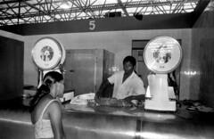 02/09/82 Mercado de Carnes do Ogunjá (Governo da Bahia (Memória)) Tags: mercado carnes ogunjá foto govba governo estado bahia cesta povo açougue comércio