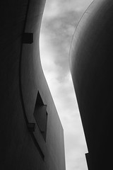 Richard Meier. MACBA #13 (Ximo Michavila) Tags: richardmeier macba ximomichavila museum art modern minimal architecture archdaily archiref archidose blackwhite gray bw monochromatic graphic building urban city abstract barcelona spain cataluña day dark shadow clouds sky curves