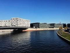 Berlino è la nuova Berlino. #berlin #sunnyday #city #architecture #architettura #hauptbahnhof #spree #igersberlin #igersvicenzaintrasferta #iloveberlin #ccf_vi (matteococco) Tags: instagramapp square squareformat iphoneography uploaded:by=instagram berlin architettura architecture spree sprea river sunny bridge ponte hauptbahnhof iphone7