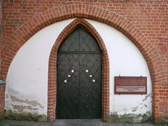 Kaunas, Lituanie: glise de lAssomption de la Vierge Marie (ou glise Vytautas le Grand), la plus ancienne glise de la ville, construite vers 1400, la seule glise de style gothique en Lituanie conue en forme de croix. (Marie-Hlne Cingal) Tags: door puerta porta porte tr kaunas lietuva lituanie