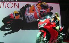 Nuestro campeón (y el de Honda), Marc Márquez, también está en París, dando crédito a la VFR 800 R.